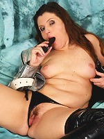 This mature cunt loves to play with her toys